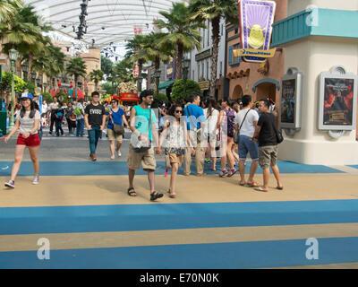 Touristen besuchen Universal Studios auf der Insel Sentosa in Singapur - Stockfoto