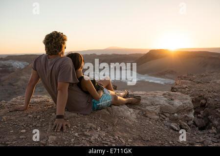 Paar auf Klippe, El Norte Grande, Valle De La Luna (Tal des Mondes), Atacamawüste, Chile