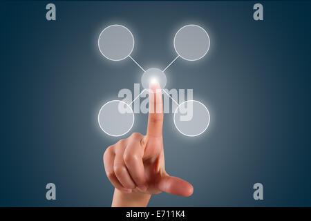 Junge weibliche Hand Finger berühren, drücken oder Auswahlliste in digitalen Bildschirm auf dunklem Hintergrund - Stockfoto
