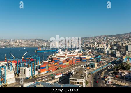 Blick auf Stadt und Häfen von Cerro Playa Ancha, Paseo 21 de Mayo, Central Coast, Chile, Valparaiso - Stockfoto