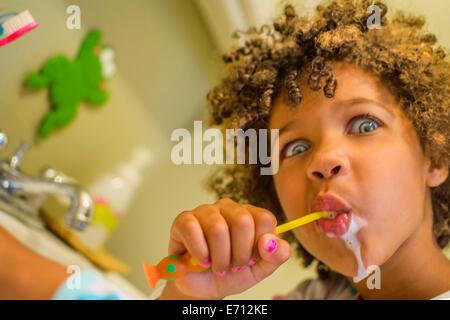 Porträt eines Mädchens Gesicht ziehen, während Zähneputzen - Stockfoto