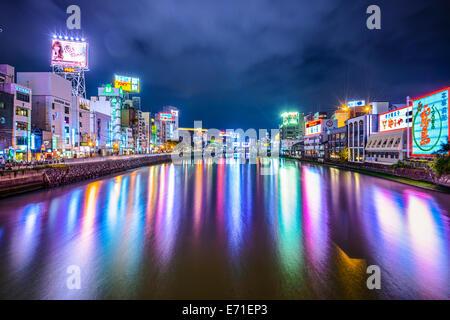 FUKUOKA, JAPAN - 7. Dezember 2012: Fukuoka Stadtbild entlang des Flusses Naka. Das Gebiet ist das Zentrum des Nachtlebens - Stockfoto