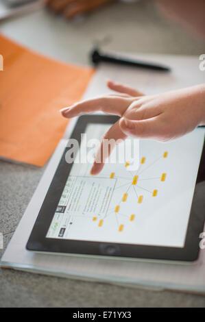 Sekundarstufe II Wales UK - Mädchen mit Touch Bildschirm iPad Tablet-Computer in ein Biologie-Science-Klasse - Stockfoto