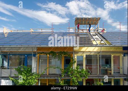 Sonnenkollektoren installiert auf dem Dach, solar-Dorf in der Vauban-Viertel, Freiburg Im Breisgau, Baden-Württemberg, - Stockfoto
