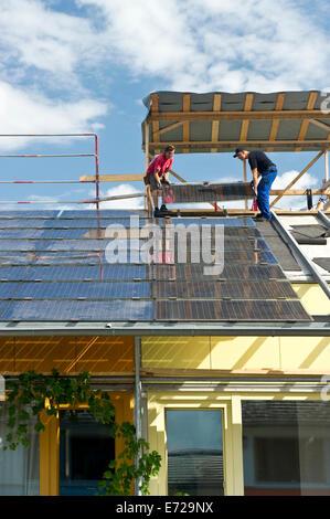 Sonnenkollektoren installiert auf dem Dach, solar-Dorf in der Vauban-Viertel, Freiburg Im Breisgau, Baden-Württemberg, Deutschland Stockfoto