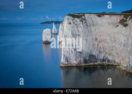 Vor Dämmerung an der weißen Klippen und Harry Felsen am Studland, Isle of Purbeck, Jurassic Coast, Dorset, England - Stockfoto