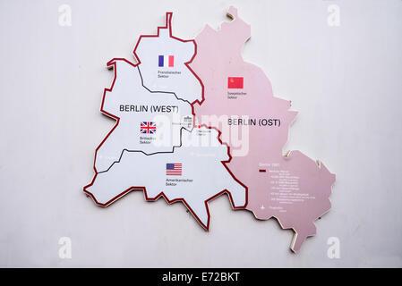 Deutschland, Berlin, Checkpoint Charlie Open Air-Ausstellung zeigt Karte des geteilten Berlin. - Stockfoto