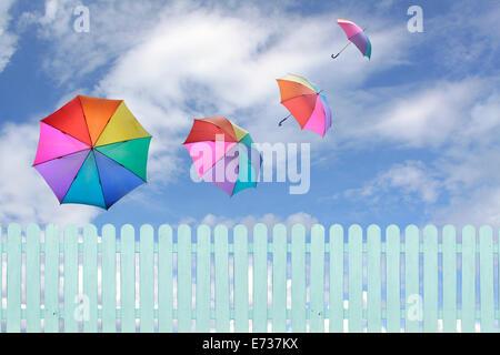 bunte Schirme fliegen in einem Reich blau sky.conceptual Bild. - Stockfoto