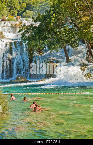 KRKA, KROATIEN - AUGUST 2014. Touristen genießen Sie ein Bad im Krka Wasserfälle im Nationalpark Krka, große Attraktion - Stockfoto