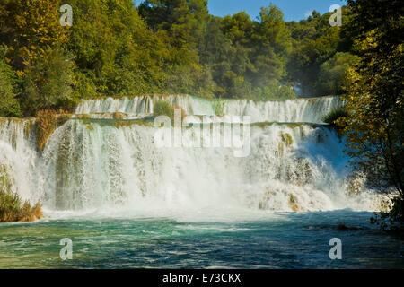 Fluss Krka, große touristische Attraktion in der Nähe von Sibenik in Kroatien, bildet 17 Wasserfällen in einem Bereich - Stockfoto