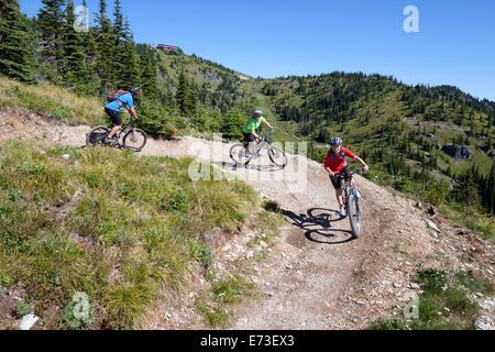 Eine Familie fahren ihre Fahrräder in Whitefish, Montana. - Stockfoto