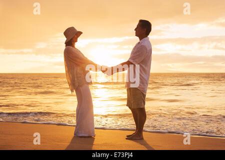 Romantische älteres Paar genießen bei Sonnenuntergang am Strand von Hawaii - Stockfoto
