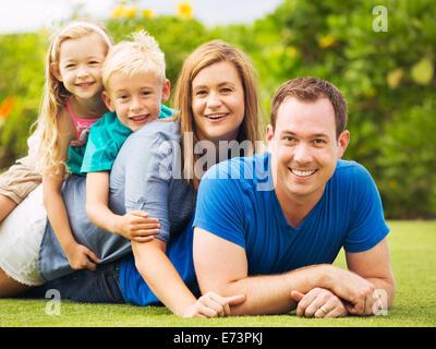 Porträt der glückliche Familie draußen auf dem Rasen - Stockfoto