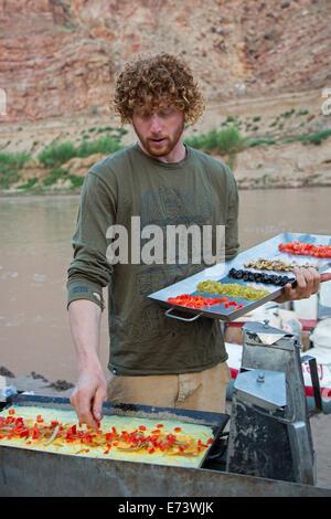 Canyonlands National Park, Utah - Flussführer Julian Springer macht Omelettes zum Frühstück während einer Floßfahrt - Stockfoto