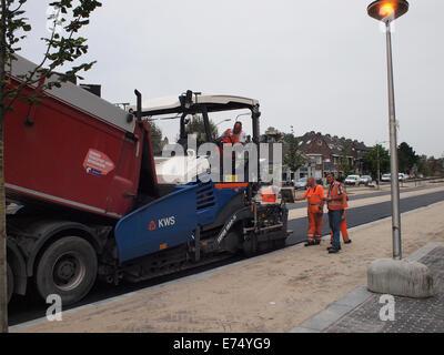 Männer setzen Asphalt-Deckschicht auf der neuen Stationslaan-Straße in Breda, Niederlande - Stockfoto