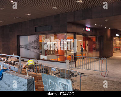Bau In Arbeit in Breda Hauptbahnhof Halle, neben der Snackbar. Breda, Niederlande - Stockfoto