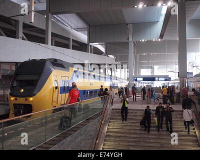 Breda zentralen Bahnhof Bahnsteig mit Zug und Menschen. Breda, Niederlande - Stockfoto