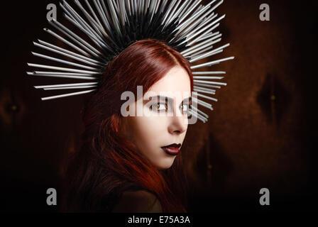 Closeup Portrait von einem netten gothic Mädchen tragen versetzt Kopfbedeckungen - Stockfoto