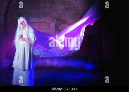 Weißen Haaren Geist in einem Schloss mit ihrem Kleid im wind - Stockfoto