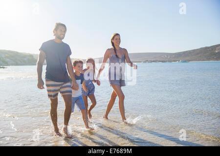 Familie zusammen spazieren entlang der Küste - Stockfoto