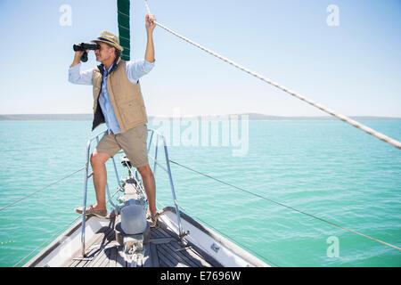 Älterer Mann Blick Fernglas am Rand des Bootes - Stockfoto