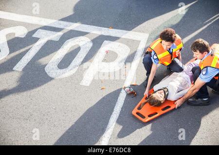 Rettungssanitäter Prüfung verletzt Mädchen auf Straße - Stockfoto