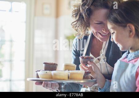 Oma mit Enkelin cupcakes - Stockfoto