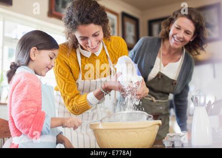 Drei Generationen von Frau Backen zusammen - Stockfoto