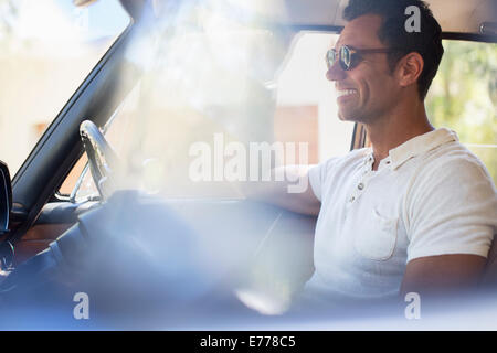 Mann Auto an sonnigen Tag - Stockfoto
