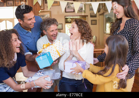 Ältere Frau Geschenk von Familie gegeben werden - Stockfoto