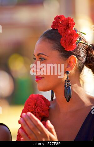 Flamenco-Tänzerin in Tracht, jährliche Pferdemesse, Jerez De La Frontera, Provinz Cadiz, Andalusien, Spanien - Stockfoto