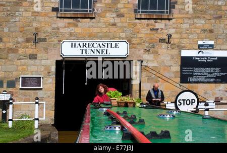 Narrowboat verlassen Harecastle Tunnel - Stockfoto