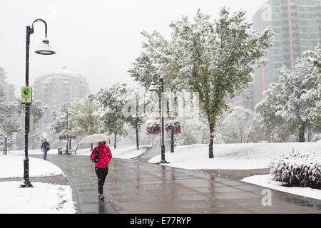 Calgary, Alberta, Kanada, 8 Sep, 2014. Fußgänger entlang der Innenstadt Teil des Flusses Weg wie der erste Schnee - Stockfoto