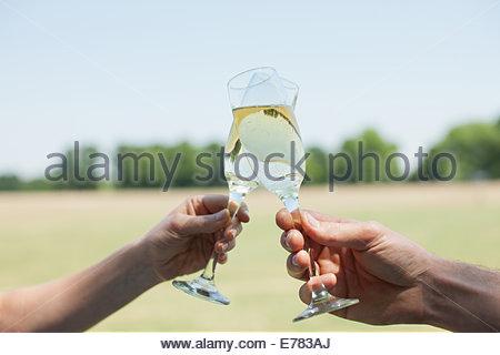 Paar Champagner trinken und Toasten - Stockfoto