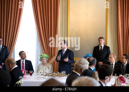 US Präsident Barack Obama und Queen Elizabeth II hören, wie der französische Präsident Francois Hollande während eines Mittagessens zum Gedenken an den 70. Jahrestag des d-Day, im Chateau de Batterie 6. Juni 2014 in der Normandie spricht.