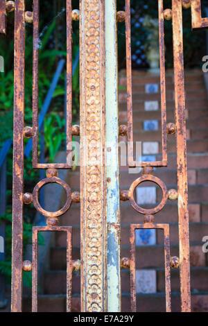 Blick durch reich verzierte rostigen Tor zum spanischen Fliesen Schritte in Pacific Heights-Area von San Francisco - Stockfoto