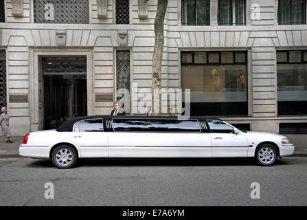 London, England, Vereinigtes Königreich.  Lincoln Town Car Stretch-Limousine von Aldwich House geparkt