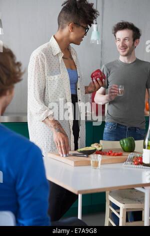 junge Freunde, die Zubereitung von Speisen in der Küche - Stockfoto