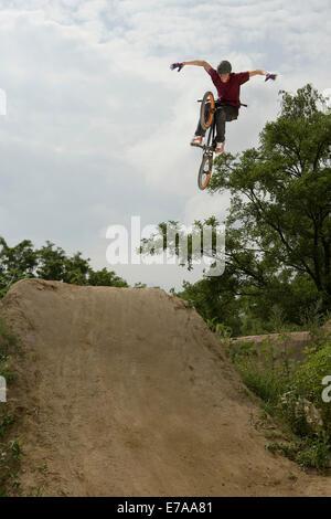 Ein BMX-Fahrer einen Stunt in der Luft zu tun - Stockfoto