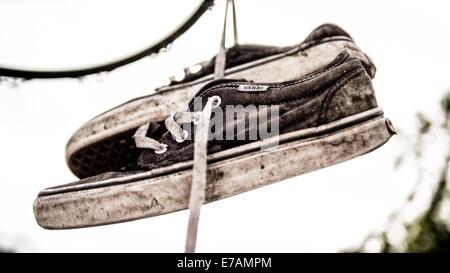 Paar alte Trainer von Stromleitungen, hängen Schuh werfen. - Stockfoto