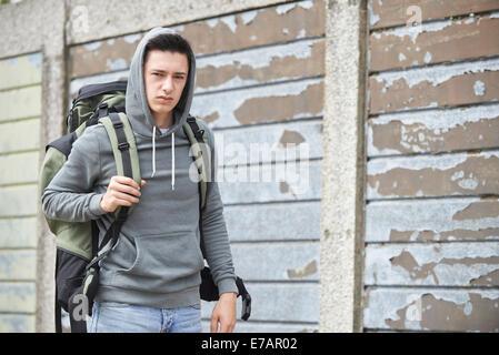 Obdachlosen Teenager auf Straße mit Rucksack - Stockfoto
