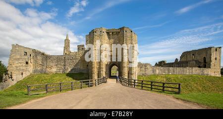 Blick auf die imposanten Eingang, riesigen Mauern und Ruinen des historischen Schlosses in Warkworth Northumberland, - Stockfoto