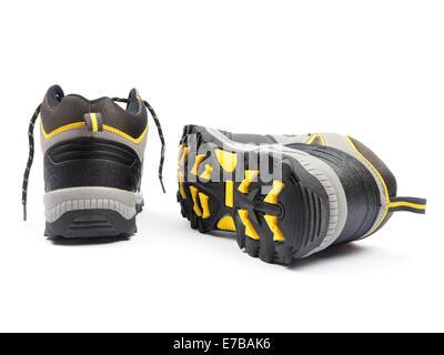Ein paar grau und gelb Wanderstiefel isoliert auf weißem Hintergrund - Stockfoto