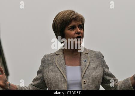 Stirling, Schottland. 12. September 2014. Nicola Sturgeon, Minister für SNP, besucht Stirling um Unterstützung für - Stockfoto