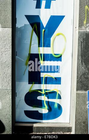 Nein und Hakenkreuz gesprüht über ein Ja schottische Unabhängigkeit Plakat im Fenster des Mietgegenstandes Newington - Stockfoto
