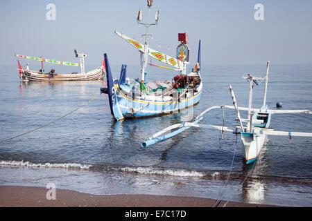 Drei einzigartige verankert Fischerbooten am Hua Hin in Bali. traditionellen und farbenfrohen Fischerbooten floating - Stockfoto