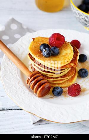 Süße Pfannkuchen auf einem weißen Teller, Ansicht von oben