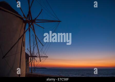 Mykonos-Windmühlen Silhouette durch den mediterranen Sonnenuntergang - Stockfoto