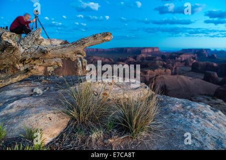 Fotografen richtet, Sonnenaufgang über Monument Valley von Hunts Mesa zu schießen - Stockfoto