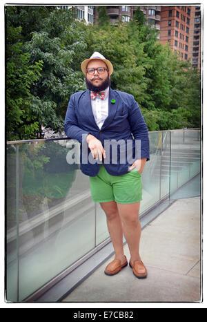 Porträt eines Bowtie-Designer in einem ungewöhnlichen Outfit bei Fashion Week 2014 in New York City. - Stockfoto